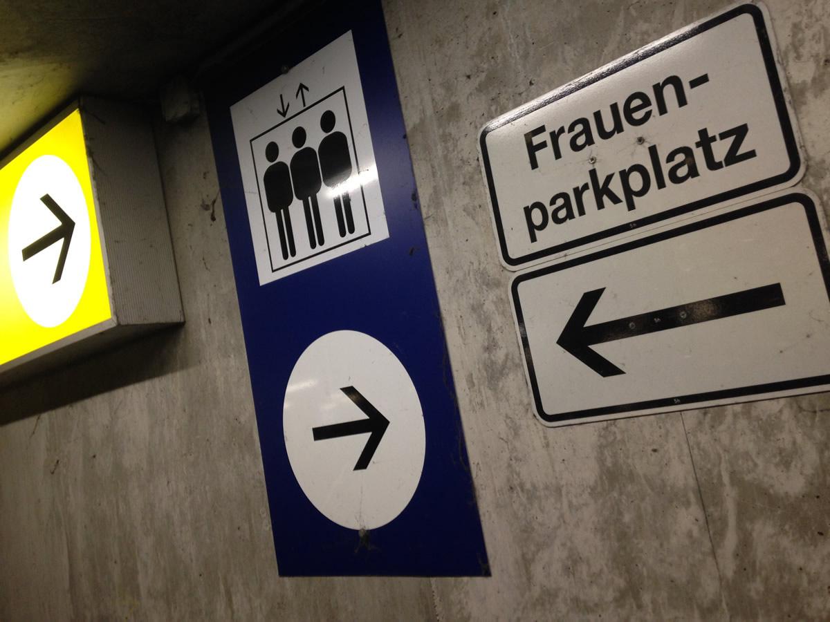 Parcheggiare non è mai stato più facile e sicuro. I Frauenparkplatz.