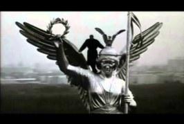 EIN ENGEL MIT DEM FALLSCHIRM, UN ANGELO COL PARACADUTE…