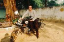 Con Buddha nel serbatoio della mitica moto Royal Einfield